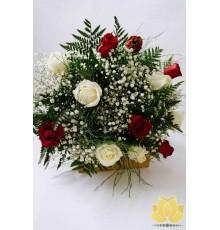 Buque de Rosas Brancas e Vermelhas